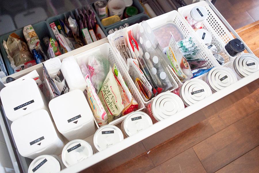 シンクの下の引出し。食材と洗剤ストックなど。商品は全て大袋から取り出し、ラベリングした容器に移し替えている。