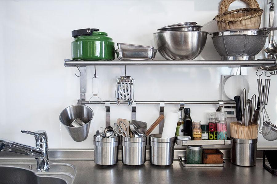 施工段階から暮らしをイメージし、効率的なキッチンになるように、大工さんに取り付け位置を指定してIKEAの棚とバーを付けてもらった。