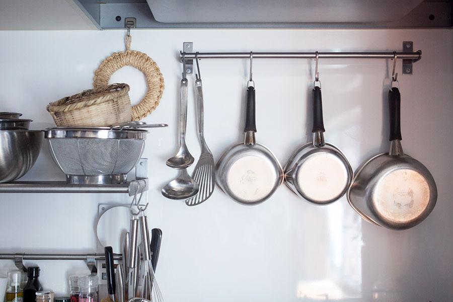 柳宗理のキッチンツールは、見せる収納に。目で楽しみつつ、さっと手に取ることができて便利。