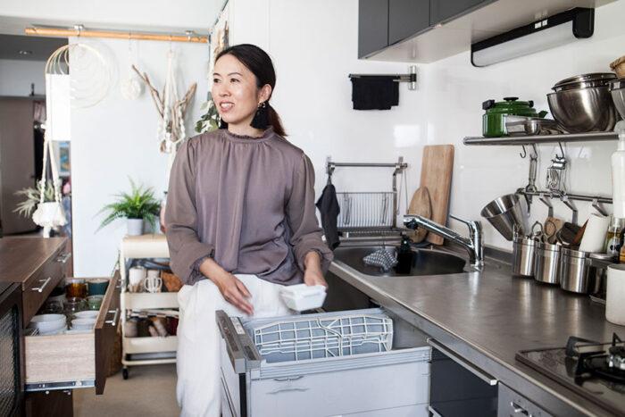 普段使う食器は、1歩も動かず食洗機から収納棚へ。ベストな間隔を考慮してアイランドを配置。