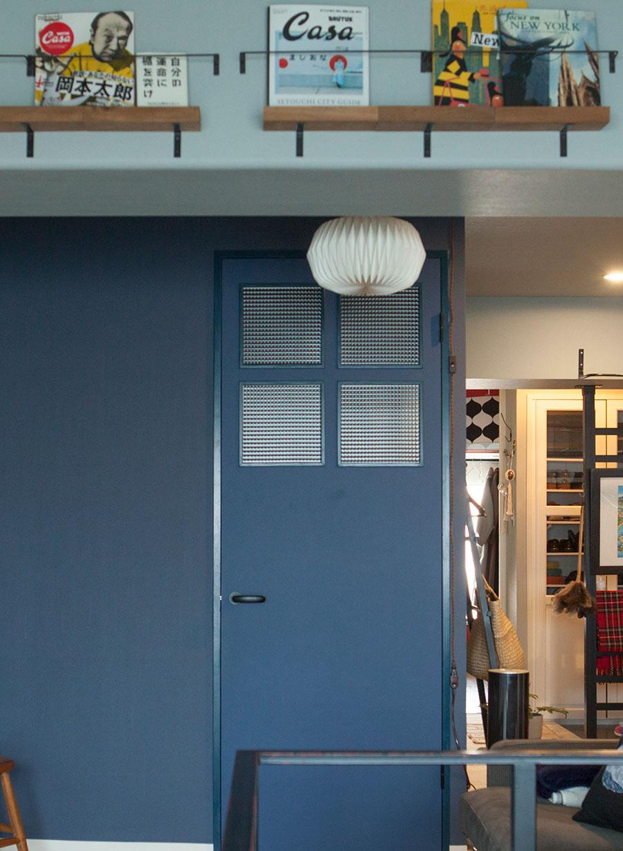 空間ごとに壁や建具の色を変えているのが特徴的。梁にブックシェルフをDIY。