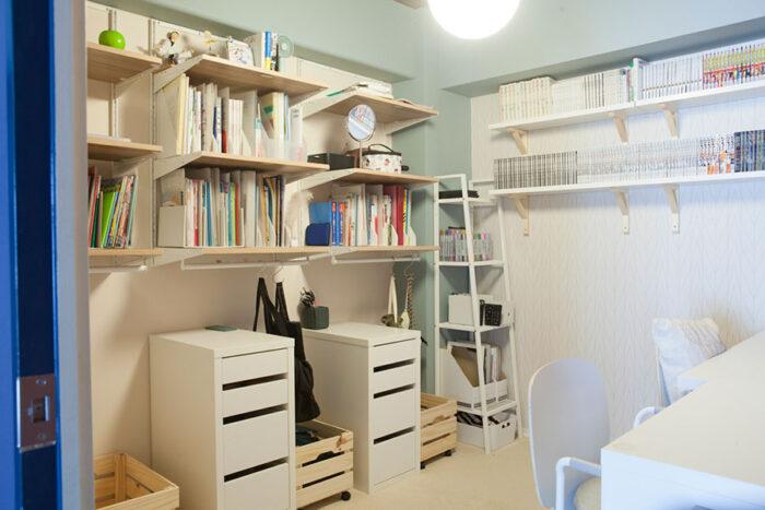 岡本さんが採用したのは家庭内フリーアドレス。LDKの一角にあるこの部屋は、3人のお子さんの教科書類を収めつつ、誰でも自由に作業ができる場所。