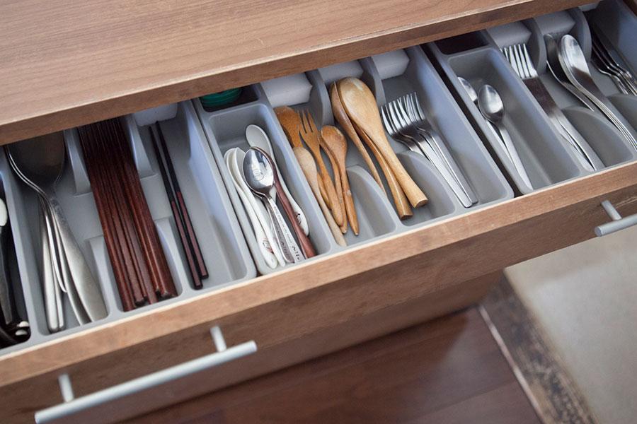 使う頻度の高いカトラリー類は、いちばん上の段に。IKEAの仕切りケースを利用し、アイテム毎に収納。