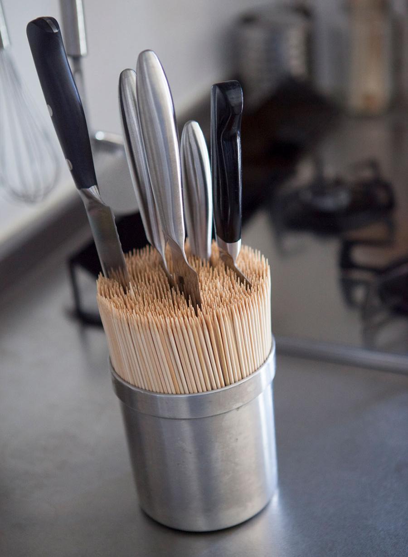 包丁スタンドは使いにくいからと、竹串をいっぱい差して包丁立てに。建築家・中村好文さんのアイデアから。