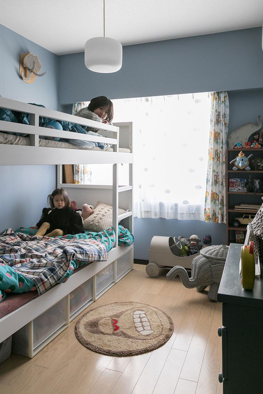 子ども部屋は、落ち着いたブルーの壁紙によって他の部屋と雰囲気を変えた。