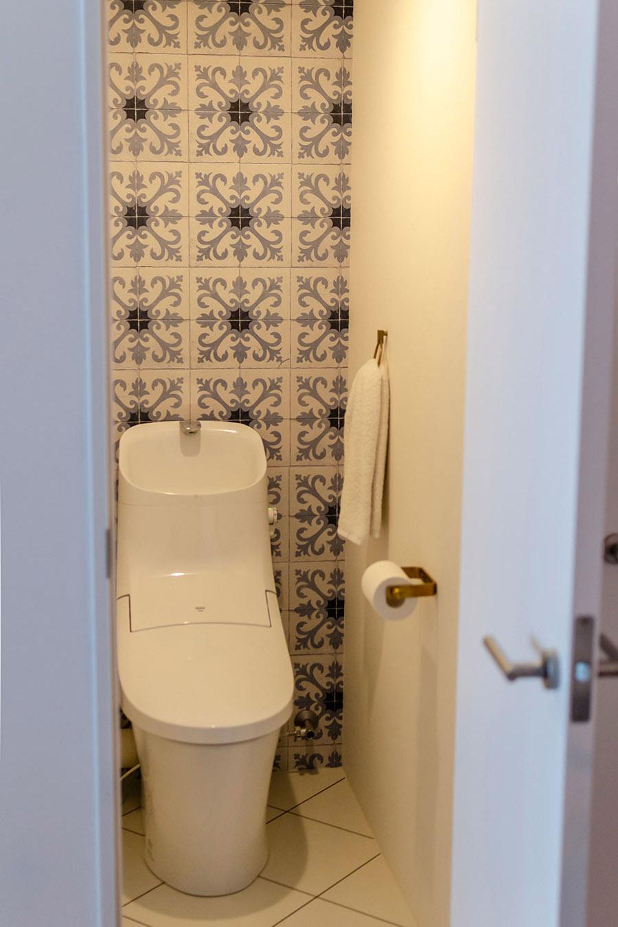 トイレはタイル柄の壁紙で雰囲気を変えて。