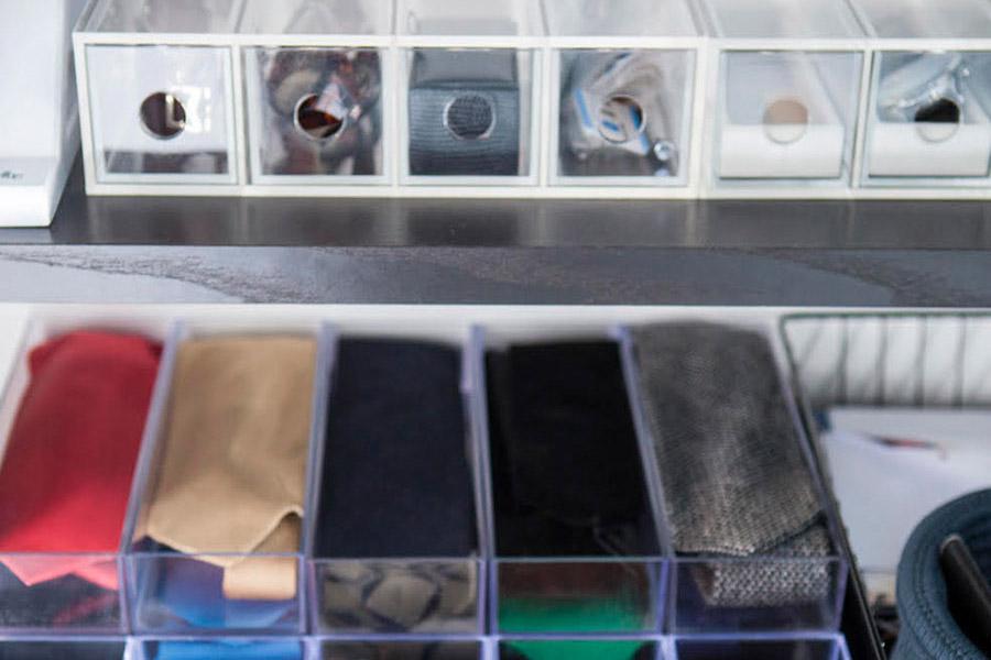 夫のネクタイやサングラスはクリアケースに1点ずつ陳列。選ぶことを楽しめるように。