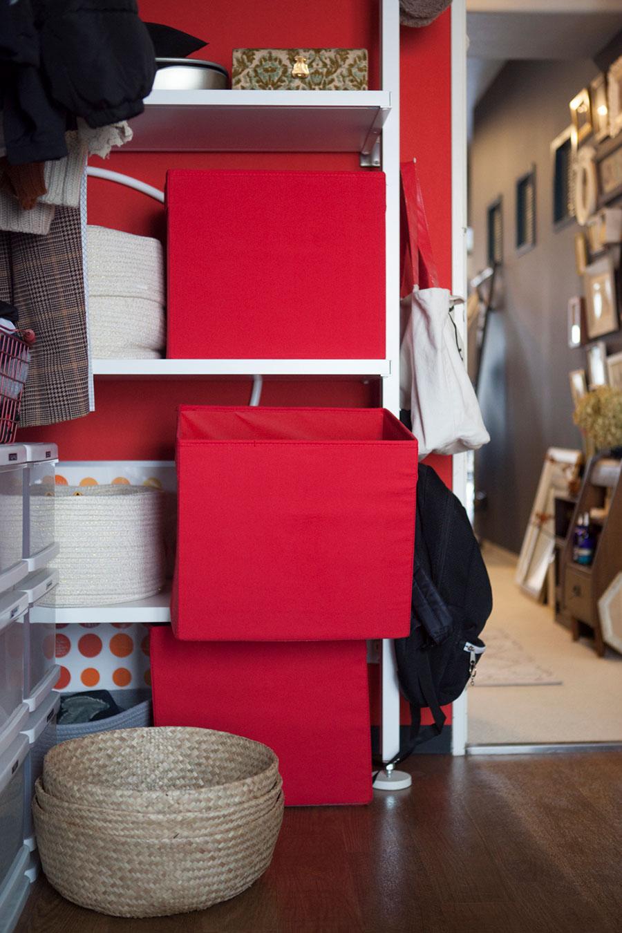 子どもたちの学用品はそれぞれ赤いBOXに。床上のかごには1人分ずつ洗濯ものを入れておき、自分で片づけさせるようにしている。