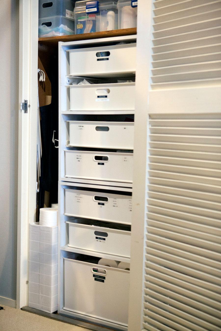 こちらは廊下にある収納庫の中。仕切りレールを使って、カラーボックスを引出し式の棚のようにアレンジした。細かく分割することで使いやすい収納に。