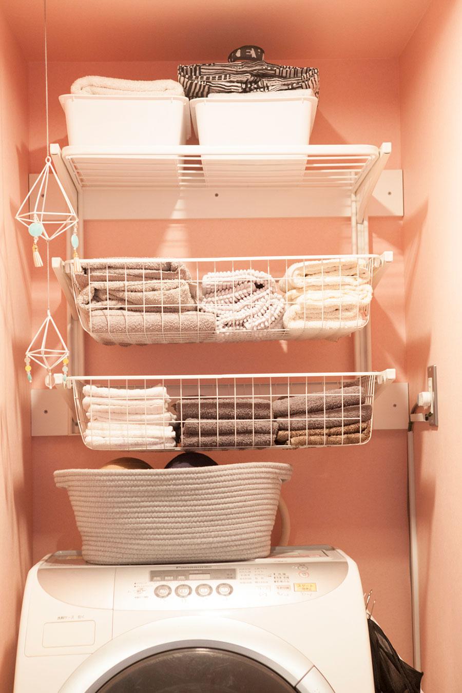 洗濯機上の空きスペースに棚を取り付けて、タオル収納に。タオルは毎年、年末年始に新しいものに取り替えるのが恒例行事なのだそう。洗濯カゴは使わないことで省スペースに。