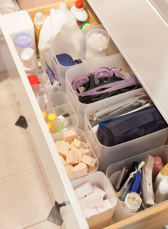洗剤などのストックや掃除用品、旅行用品など2軍のものを収納。