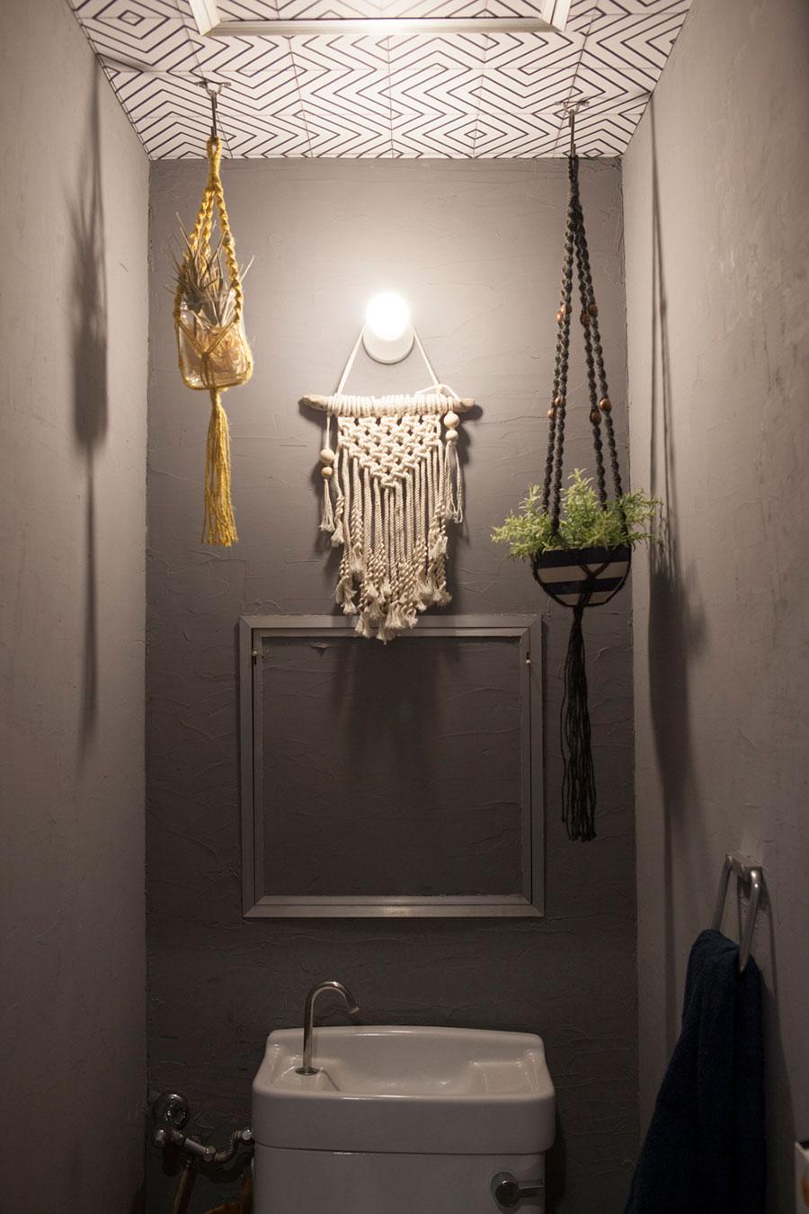 トイレもDIYと手づくりのマクラメで気分のあがる場所に。壁を照らす照明が幻想的。