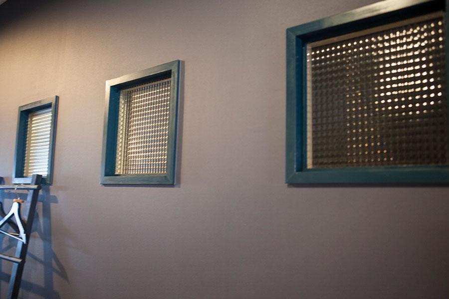 個室と廊下の間の仕切りの壁にチェッカーガラスをアレンジ。光がやわらかく通過する。