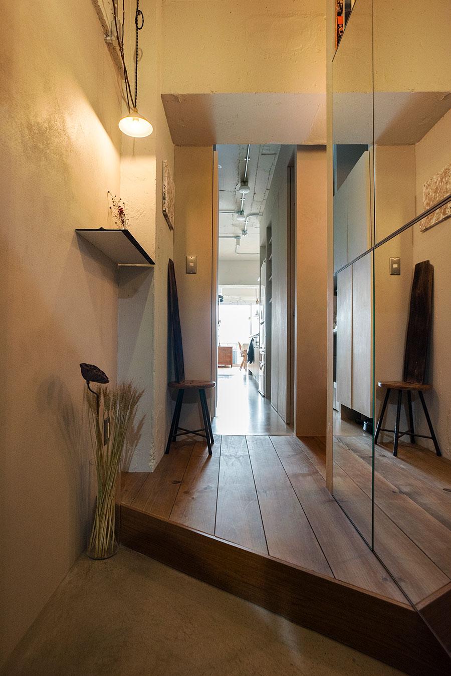 玄関を入ると、キッチンを通ってバルコニーまで一直線に視界が抜ける。
