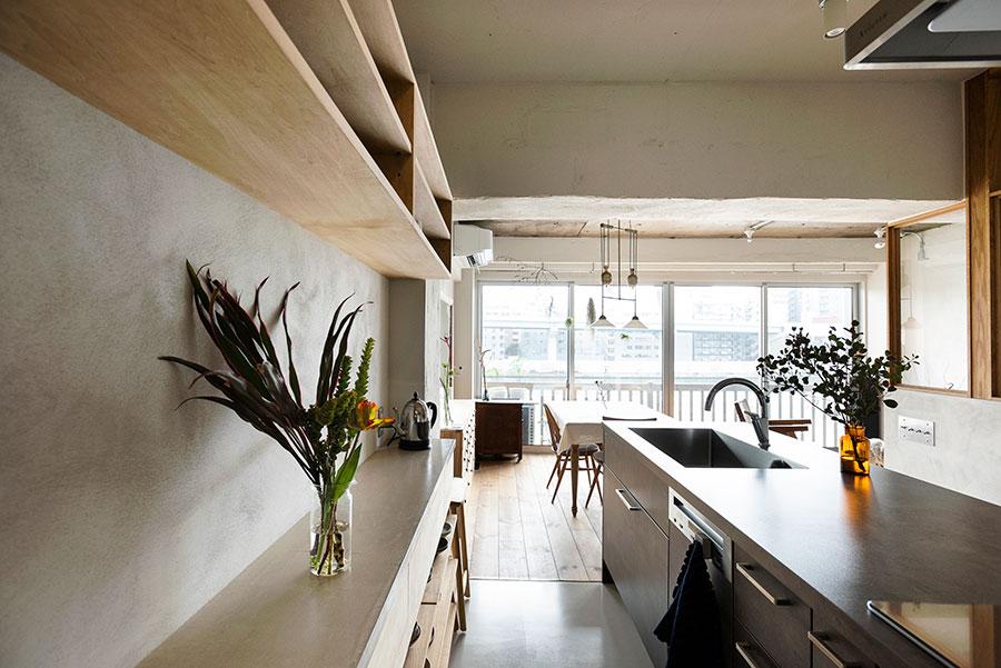 キッチンの向こう側は廊下でもあり、スツールを置けばカウンターにもなる。