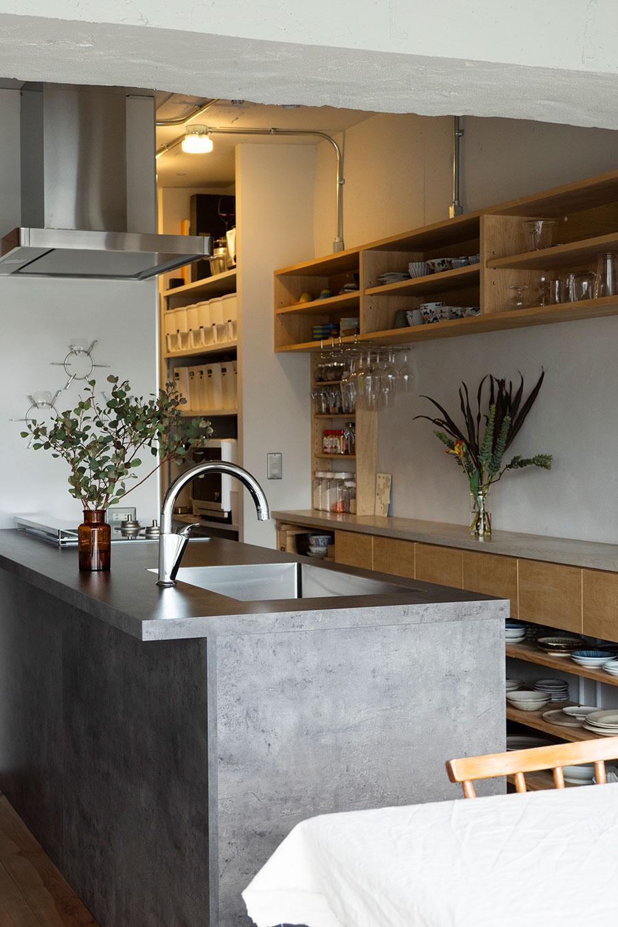 家の中心として考えたキッチンは、GRAFTEKTのもの。コンクリート調のものを求めて辿り着いた。