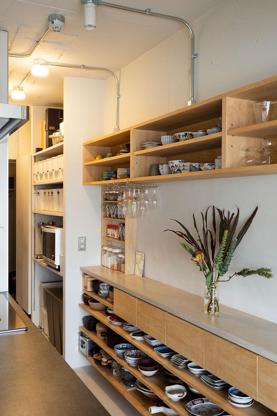 割烹料理屋を思わせる造作棚。なるべく食器を重ねなくていいよう、横長に設計してもらった。扉がないため食器の位置が見てわかるのが便利だそう。