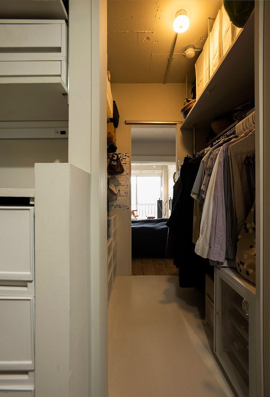 ランドリーからWICを通ってベッドルームへ。ランドリーは収納ケースのサイズに合わせて棚を設計。