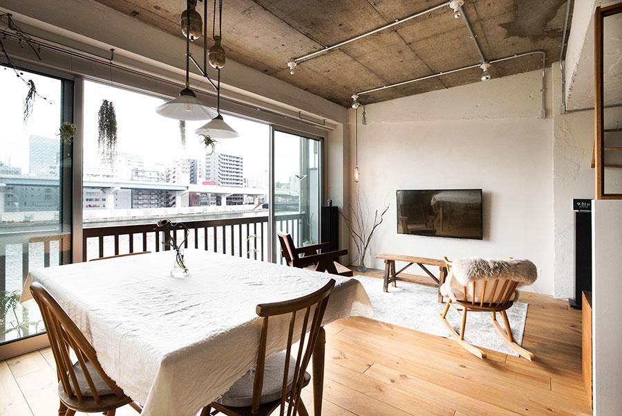 ダイニングテーブルのクロスにはシーチング生地を愛用している。照明も効果的に配置。