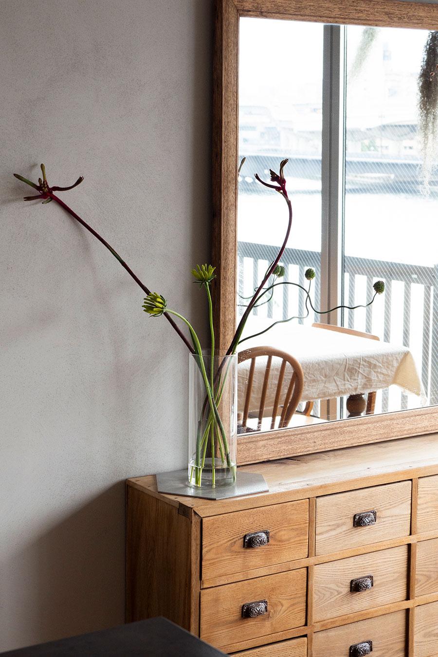 カンガルーポーなどのユニークな花が、ヴィンテージの家具に似合う。