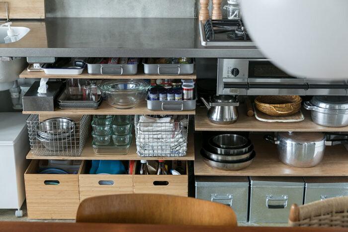 収納用のカゴや箱は素材感と色味が吟味され、調理器具が美しく整頓されている。