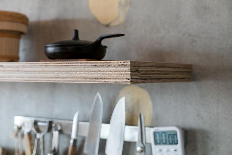 小口が美しいキッチンの棚は、棚受けのないすっきりとした仕上げ。「ボルトを積層合板で挟み込むように施工していただきました。強度も高いです」