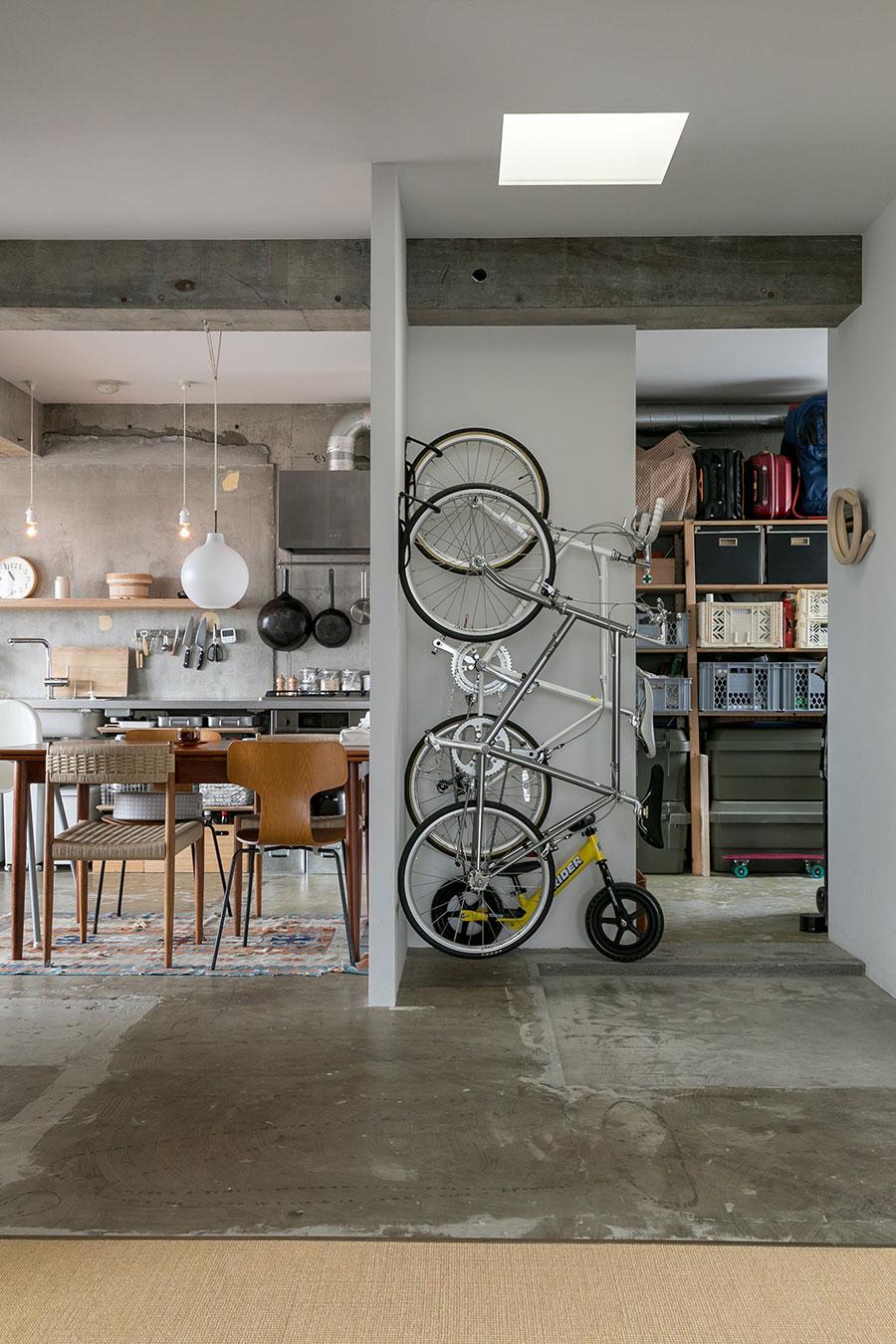 自転車を収納するスペースは設計時に予め確保。自転車をかけてある壁はリノベ時に新設した。
