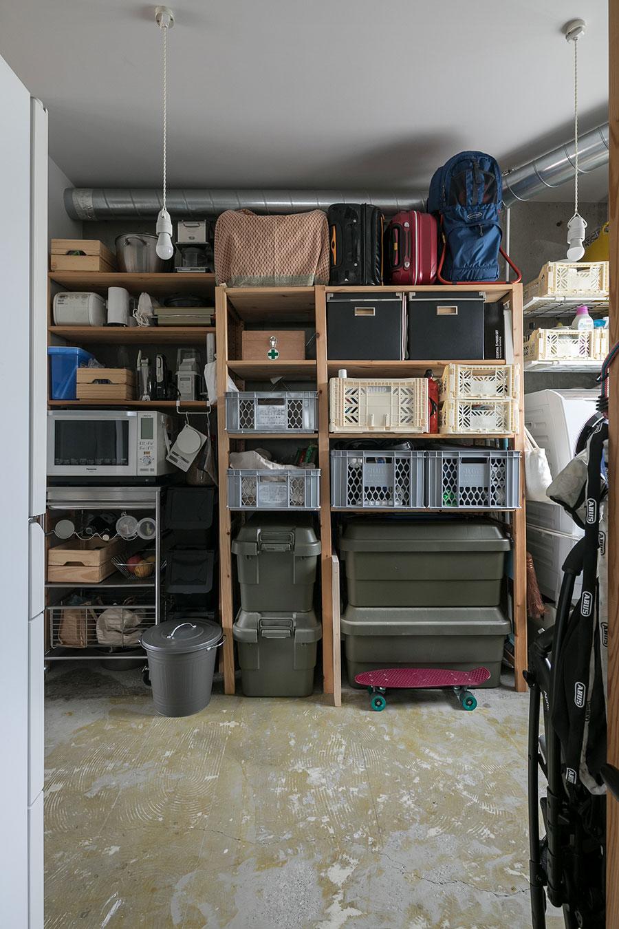 玄関とキッチンの両方からアクセスできる収納スペースはパントリーも兼ねている。アウトドア用品や靴もここに。