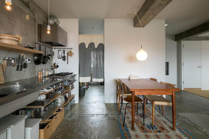 キッチン、ダイニング、玄関、収納スペースは塗膜を塗った躯体のコンクリート。「水や油のハネがあまり気になりません」。暖簾は山内武志さんの作品。
