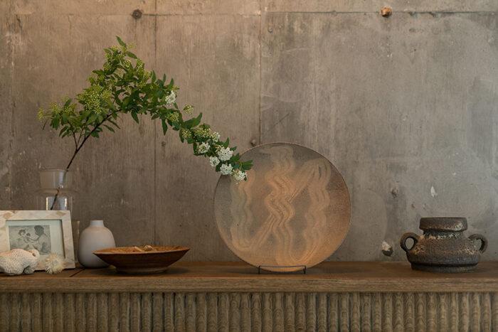 棚の上に飾った器は十場天伸さんの作品。