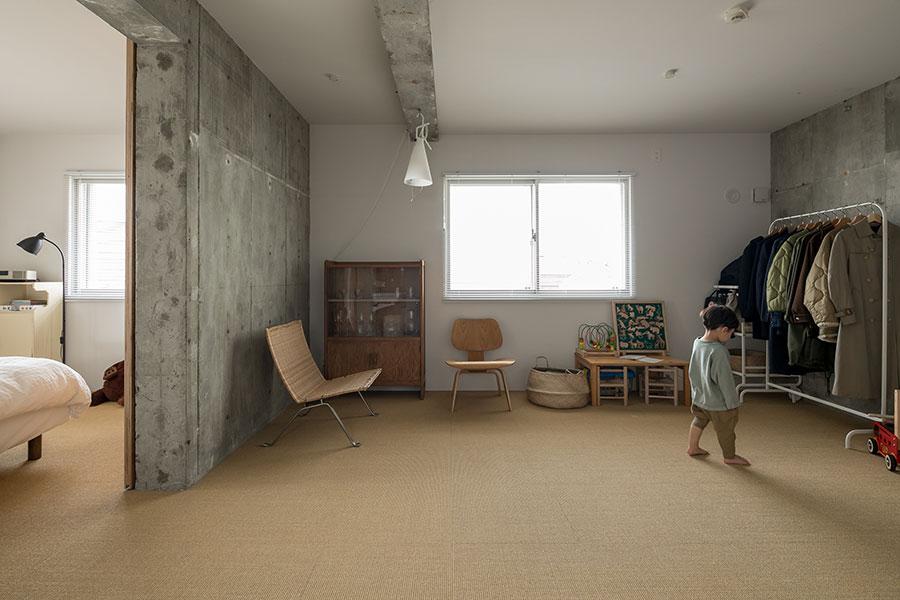 フリースペースと寝室はサイザル麻カーペットを敷いた。寝室の扉は引き戸。