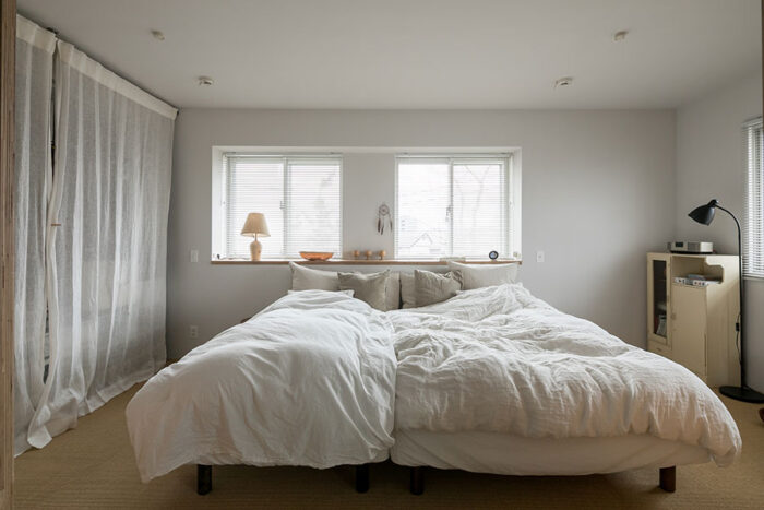 壁を撤去し、2部屋をひとつにしてベッドルームに。「将来的にはまた2つに区切って子ども部屋にすることも可能です」