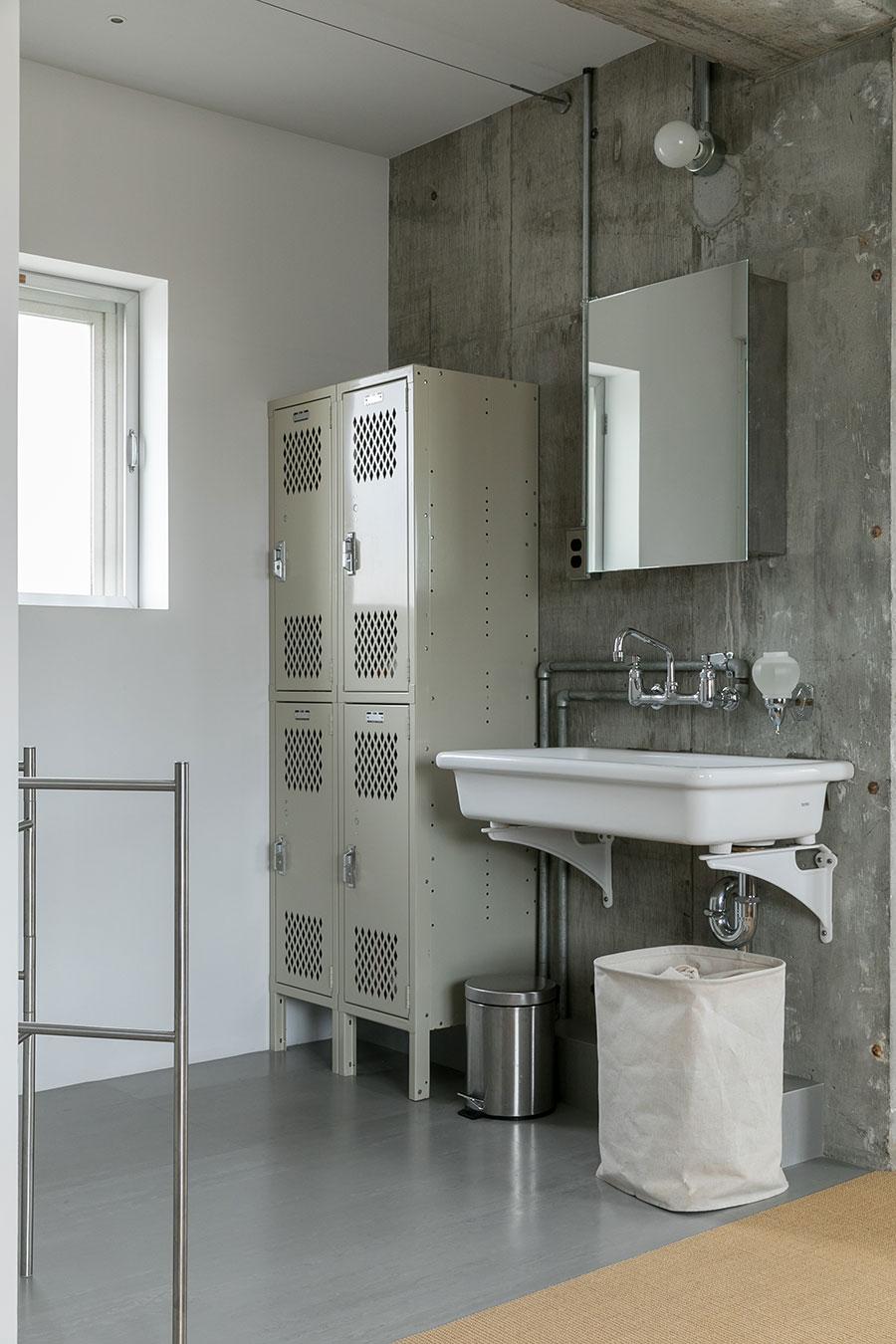 洗面所と脱衣所には扉をつけず広々と。壁付けの洗面台とスチールのロッカーがインダストリアルな洗面室。水栓は『general view』で購入。