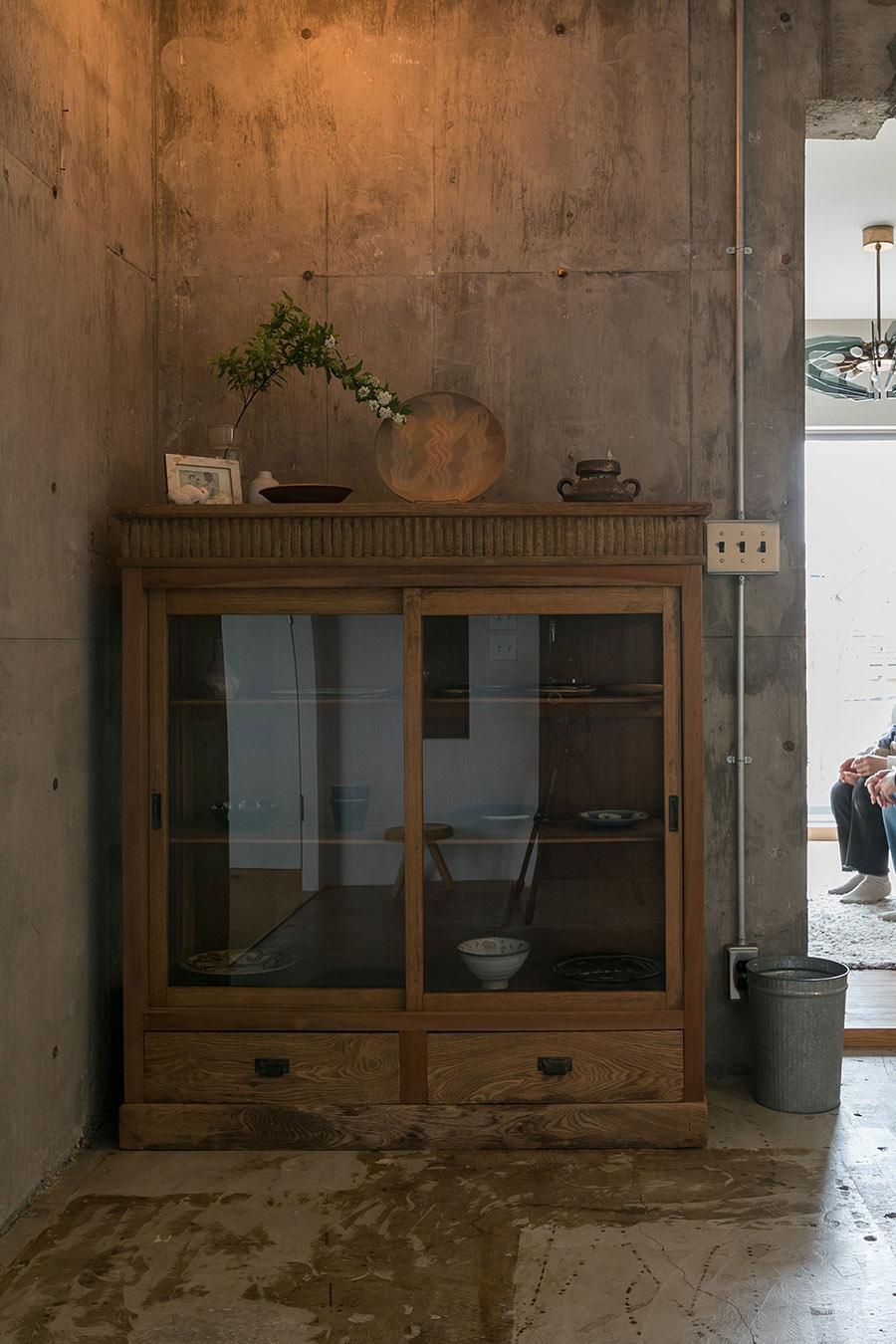 和の骨董家具には、益子焼を始めとするお気に入りの器が飾られている。