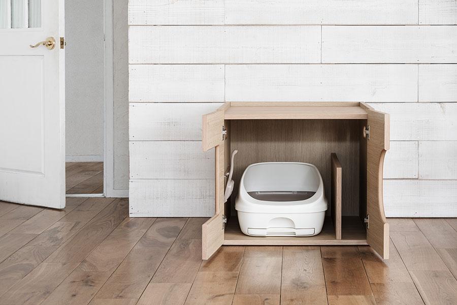 収納家具のように、トイレと掃除道具、猫砂などを収納できるスペースを確保。もちろん他のカリモクの家具と同様、厳しい強度試験をクリアしている。