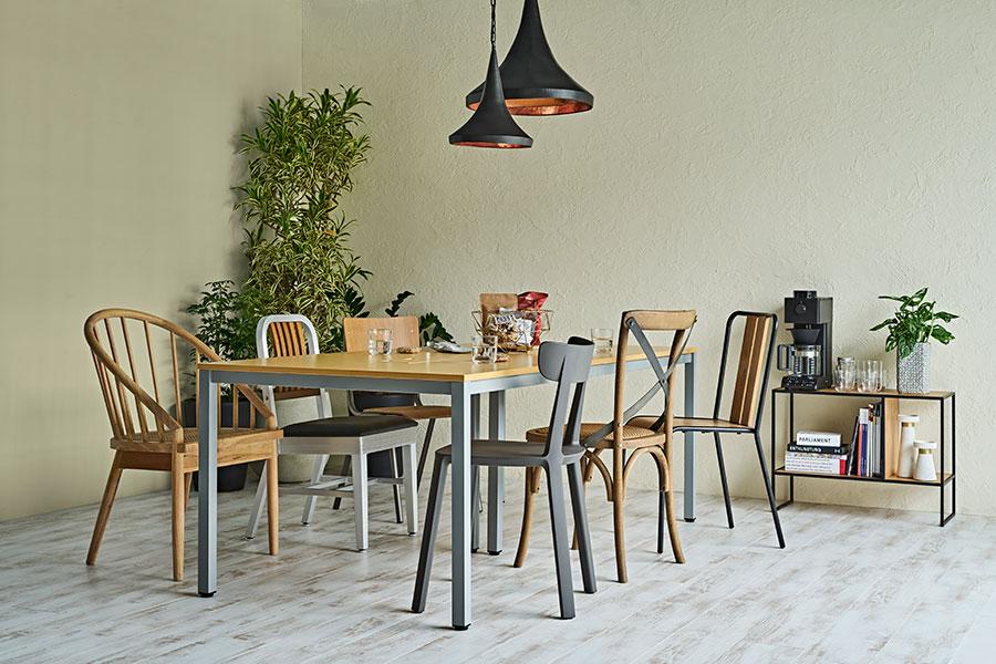 ダイニングテーブルを囲む一脚づつ個性の違うイスたち。『subusclife』ならデザイン性の高いお気に入りの家具をサブスクで揃えられる。