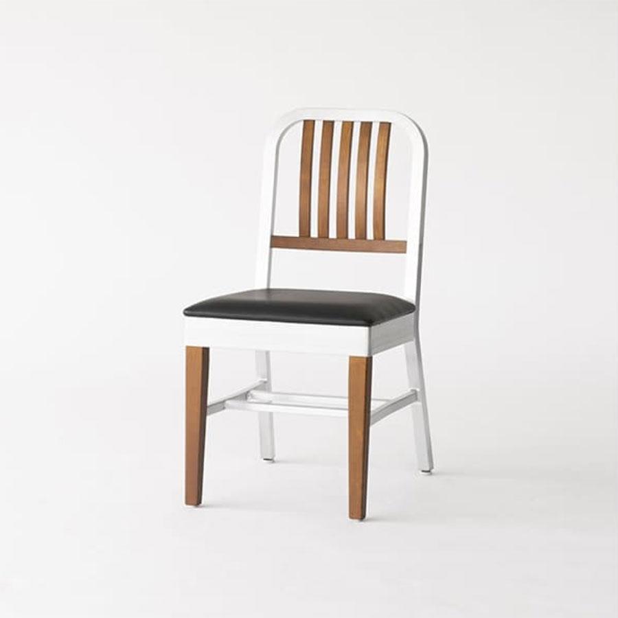 『ACME Furniture』 SHORELINE SIDE CHAIR-wood leg/アメリカの軍事施設で多く使われたイスを再現。クールなアルミの質感と、ウッドの背もたれ、そして前脚がかわいい。