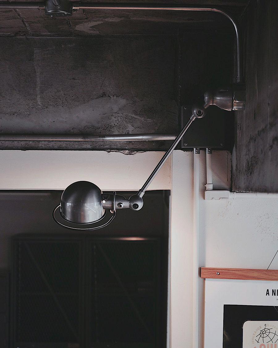 正面からのフォルムはシンプル、横から見るとアームのラインが印象的。また、アームやヘッドの向きを調整することで、間接照明にも。
