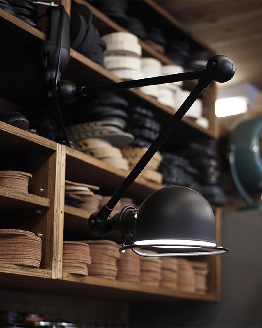 クランプを棚板に取り付けることで、ウォールランプの様に吊り下げて使うこともできる。