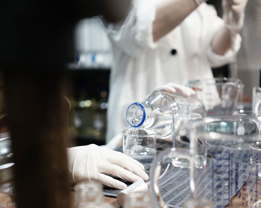 独自の香料・製法と、繊細な作業工程から生み出される。