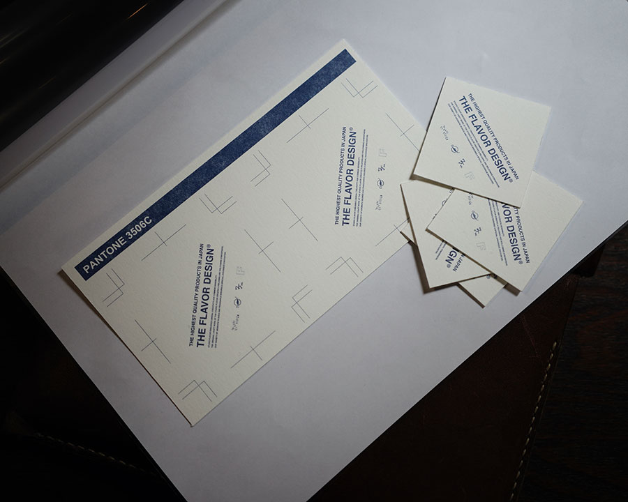 オリジナルの試香紙。長い時間香りを持続する芳香性、平均のとれた吸液性と吸液後もまがらない特殊な紙が使われている。