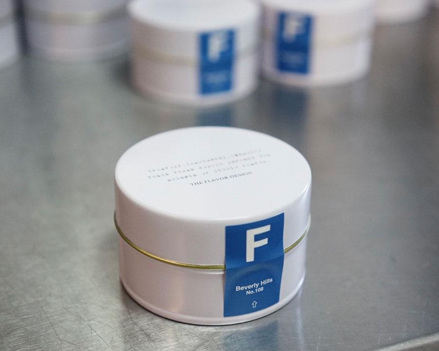 キャンドル ( 香りは15種類 ) 200ml ¥3,300 ミニマムなデザインが美しい手のひらサイズのホワイト缶。