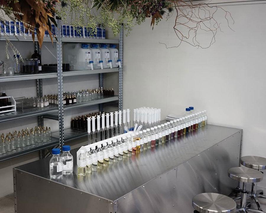 実験室をイメージした東京店。ステンレスの空間にボトルやシリンダー、スポイトが並ぶ。