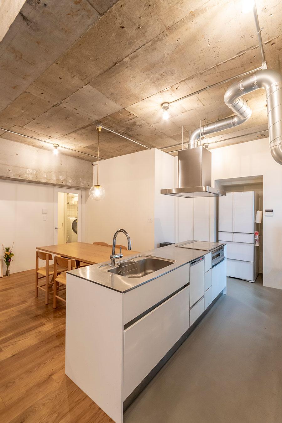 リビング床には無垢材、キッチン床にはPタイルを使用。