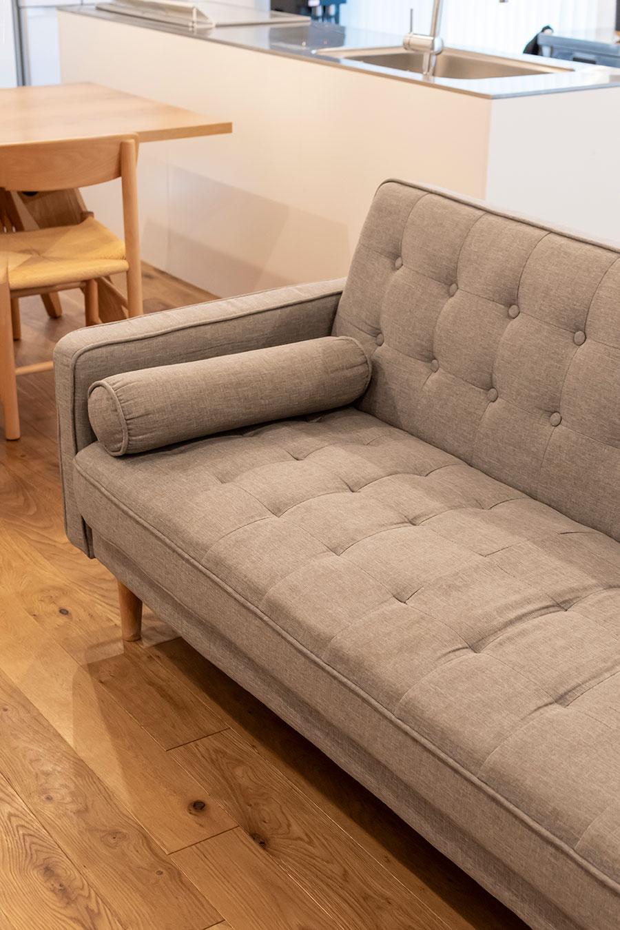 「ニトリ」の布張りソファベッド。