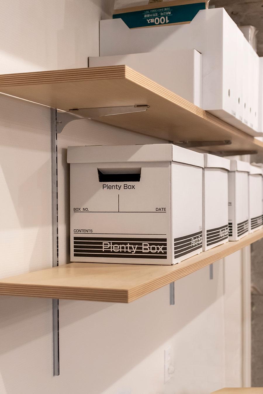 収納は棚板の高さを自在に変えることができる。