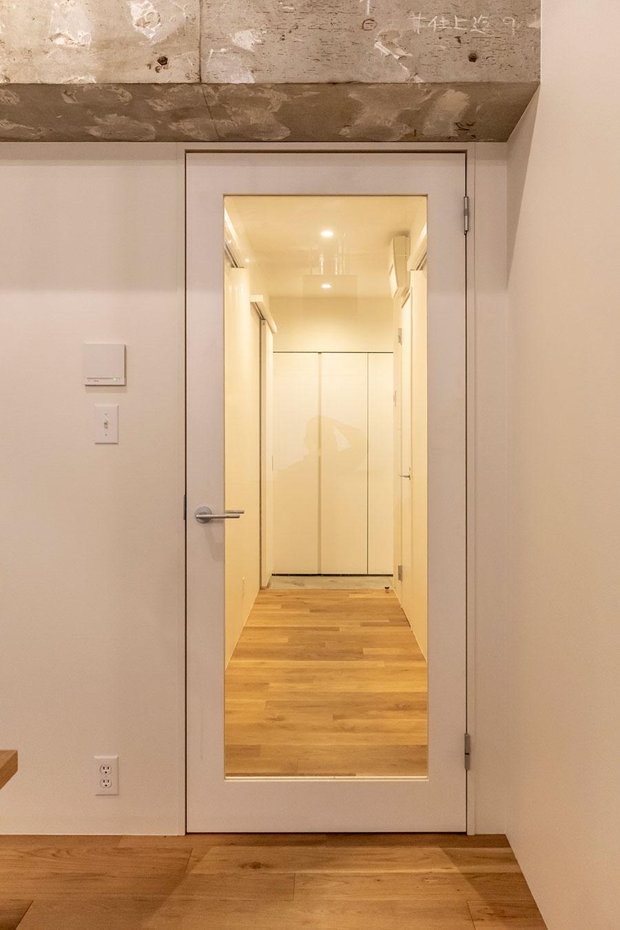リビングから玄関へと続く廊下の扉。
