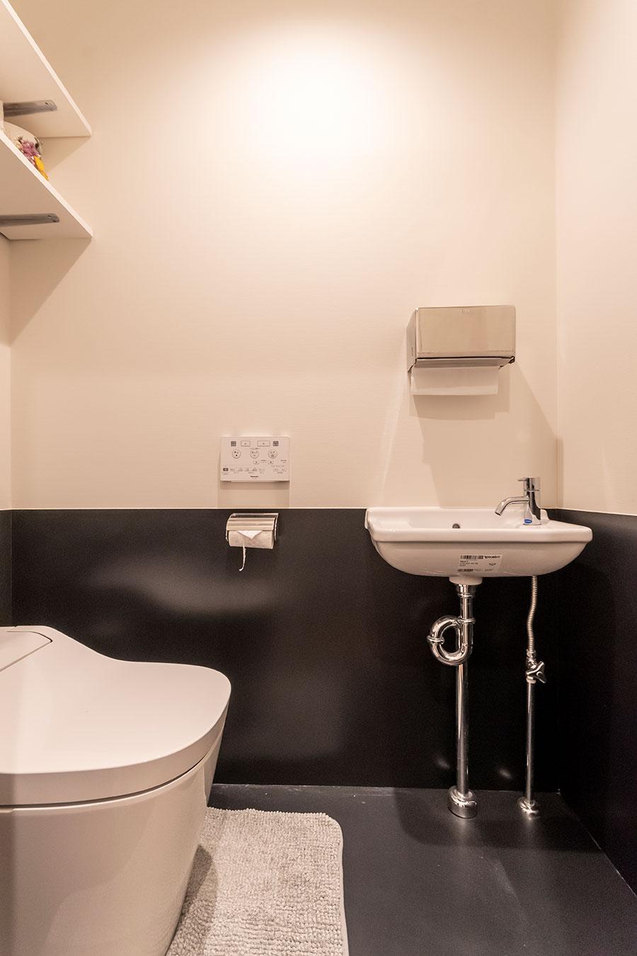 トイレは壁色を切り替えてスタイリッシュな印象に。