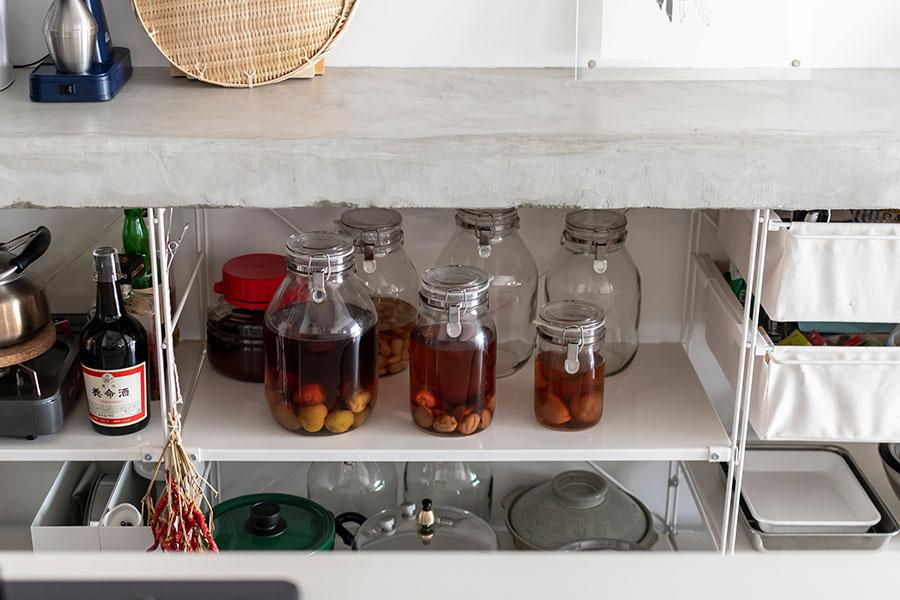 梅酒やらっきょうなど旬のものを漬けて。