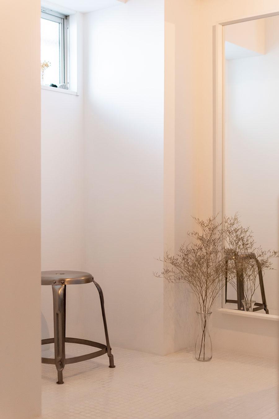 玄関の横には何でもない空間として土間を用意。
